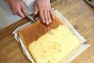 スポンジケーキの焼き面を取る
