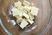 ボウルにホワイトチョコとバターを入れる