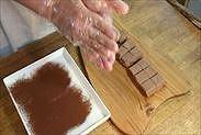 生チョコを丸める